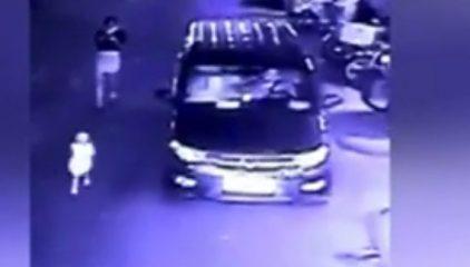 监控:妈妈低头看手机,2岁女儿被汽车碾死
